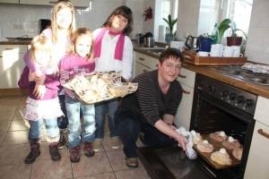 In der Osterbäckerei: Lisa Mogschan holt ein Blech mit Osternestern aus dem Ofen, die Kinder warten schon gespannt.