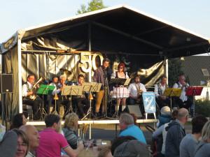 Blaskapelle mit den Gesangssolisten Daniela Radloff und Frank Schulz