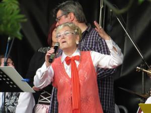 """Karin Radloff mit ihrem eigens komponierten """"Jubiläumssong"""""""