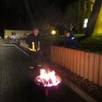H.-J. Hauk hält das Feuer am lodern.