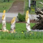 Osterhäschen neben der Wurzel der einstigen Friedenseiche