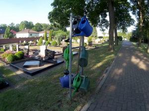 Gießkannen auf dem Friedhof