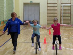 Früh übt sich.... Co-Trainerin Diana Radmacher bei der Anleitung der Jüngsten.